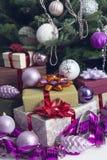 Nytt års dekor med gåvor under en julgran arkivfoto