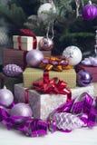Nytt års dekor med gåvor under en julgran arkivbilder