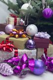 Nytt års dekor med gåvor under en julgran royaltyfri fotografi