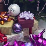 Nytt års dekor med gåvor under en julgran arkivfoton