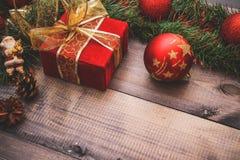 Nytt års dekor och festliga leksaker på en trätabell med en röd radask med en gåva Santa Claus lyckligt nytt år royaltyfri bild