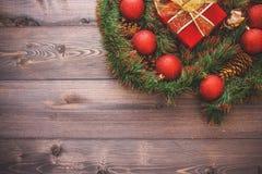 Nytt års dekor och festliga leksaker på en trätabell med en röd radask med en gåva Santa Claus lyckligt nytt år royaltyfri foto