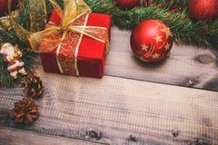 Nytt års dekor och festliga leksaker på en trätabell med en röd radask med en gåva Santa Claus lyckligt nytt år fotografering för bildbyråer