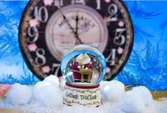 Nytt års exponeringsglasboll med Santa Claus fnd en hjort arkivfoton