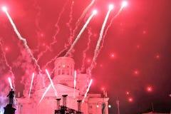 Nytt års fyrverkerier på den huvudsakliga fyrkanten av huvudstaden av Finland Helsingfors royaltyfri foto