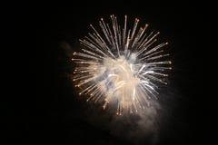 Nytt års helgdagsaftonfirecrackers och korvar arkivbild