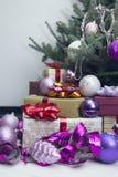 Nytt års hem- dekor med en dekorerad julgran arkivfoto