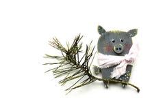 Nytt års svin på en vit bakgrund, julgranfilial, vykort, isolat royaltyfri foto