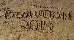 Nytt års upplösning 2014 som är skriftlig i sand Arkivbilder
