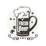 Nytt öl för logo med skum och stycken av is Arkivbild