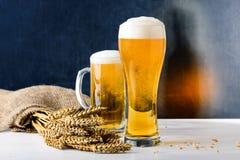 Nytt öl i ett exponeringsglas Det mest octoberfest begreppet av mat royaltyfri foto