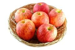 Nytt av äpplet på en korg som isoleras på vit bakgrund Royaltyfria Foton
