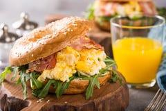 Nytt bakad bagel som fylls med förvanskade ägg arkivbilder