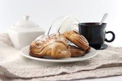 Nytt bakad bulle med en kopp kaffe Royaltyfria Foton