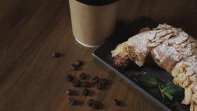 Nytt bakad giffel, mintkaramellsidor och kopp kaffe p? tr?br?det, b?sta sikt, selektiv fokus arkivfilmer