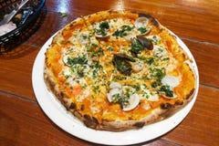 Nytt bakad italiensk pizza från traditionell wood flammabrandove Royaltyfri Fotografi