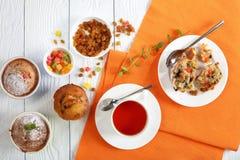 Nytt bakad muffin och kopp te fotografering för bildbyråer