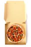 Nytt bakad peperonipizza i en leveransask arkivfoto