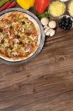 Nytt bakad pizza med ingredienser och copyspace Royaltyfri Bild