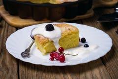 Nytt bakad pudding med bär Royaltyfri Foto