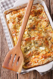 Nytt bakad serb Gibanica med ost, ägg och gräsplanclos royaltyfria bilder