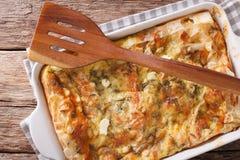 Nytt bakad serb Gibanica med ost, ägg och gräsplanclos arkivbild