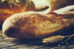 Nytt bakad traditionell franskbröd Arkivfoton