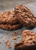Nytt bakade bruna kakor och smulor Royaltyfri Foto
