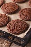 Nytt bakade chokladkakor på en bakplåtnärbild Vert Arkivfoto