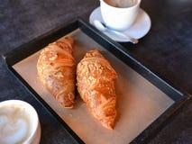 Nytt bakade giffel med aromatiskt kaffe fotografering för bildbyråer