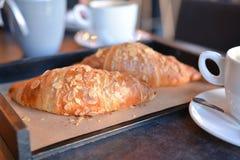 Nytt bakade giffel med aromatiskt kaffe royaltyfri foto