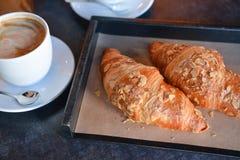 Nytt bakade giffel med aromatiskt kaffe royaltyfri bild