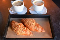 Nytt bakade giffel med aromatiskt kaffe arkivfoto