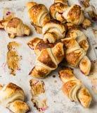 Nytt bakade giffel på pergamentpapper, bästa sikt Frukostkaffetid söt kopp för giffel för bakgrundsavbrottskaffe bruits fransk lu arkivfoton