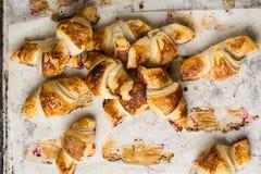 Nytt bakade giffel på pergamentpapper, bästa sikt Frukostkaffetid söt kopp för giffel för bakgrundsavbrottskaffe bruits fransk lu arkivfoto