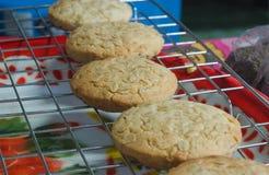 Nytt bakade kakor för ett socker på att kyla kuggen Arkivfoto