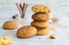 Nytt bakade kanelbruna kakor, Snickerdoodle kakor på ljus bakgrund arkivfoton