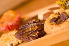 Nytt bakade vanilj och choklade kakor på trämagasinet Arkivbilder