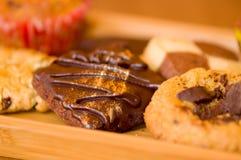 Nytt bakade vanilj och choklade kakor på trämagasinet Arkivbild