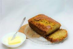 Nytt bakat bananbröd med smör Arkivfoton