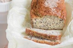Nytt bakat bröd med kli med sesam-, kli- och linfrönolla Royaltyfri Foto