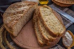 Nytt bakat bröd och stekheta ingredienser På en svart trätabell Närbild Arkivfoto