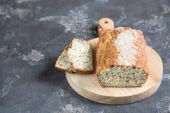 Nytt bakat bröd på ett träbräde Arkivbild