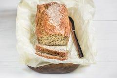 Nytt bakat bröd på ett träbräde på en ljus bakgrund, kni Royaltyfria Foton