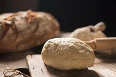 Nytt bakat bröd på trätabellen Royaltyfri Foto