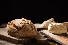 Nytt bakat bröd på trätabellen Arkivbild
