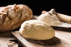 Nytt bakat bröd på trätabellen Royaltyfria Bilder