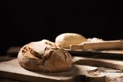 Nytt bakat bröd på trätabellen Royaltyfri Bild