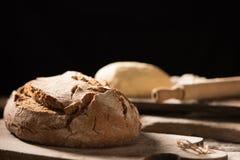 Nytt bakat bröd på trätabellen Arkivfoton