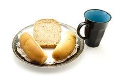 Nytt bakat bröd Rolls med rostat brödbröd på plattan och Coffeecup Royaltyfria Bilder